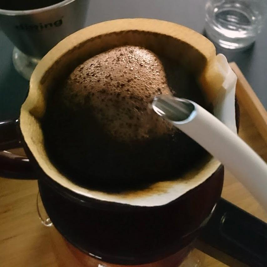 お湯を注いでコーヒーを抽出する