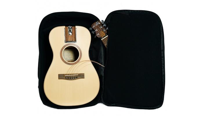 リュックの中バックパックに収まるギター現る