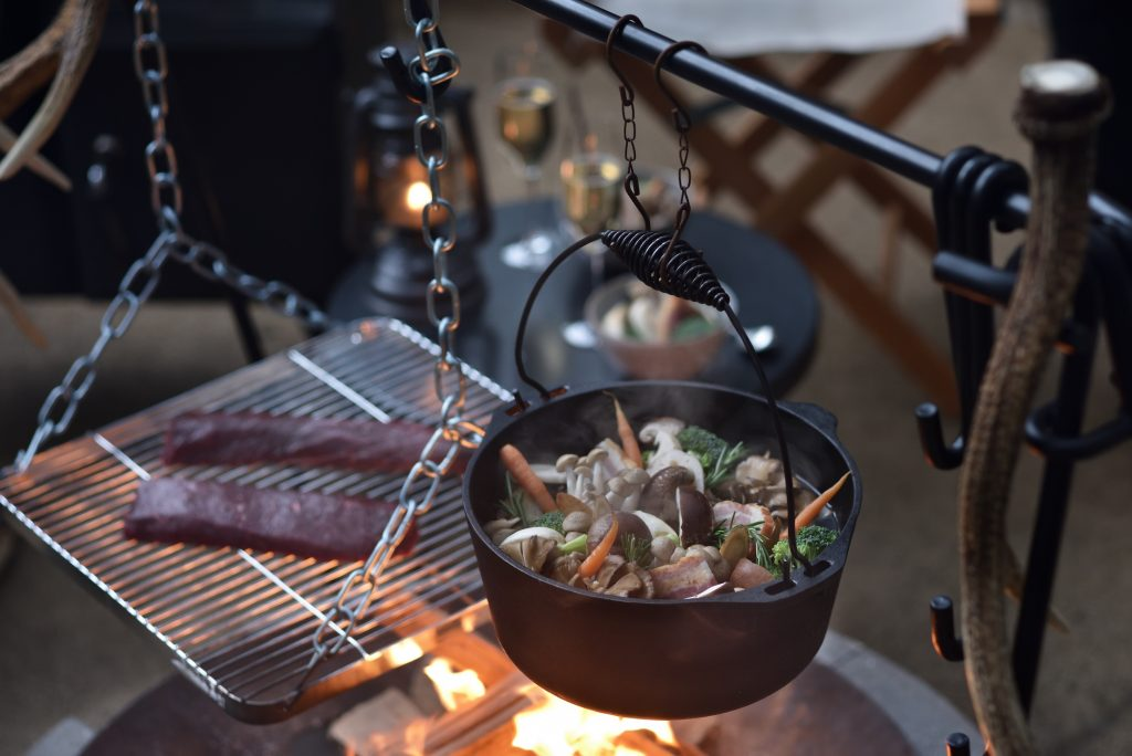 猟師肉料理メニューグランピングで冬ジビエと焚火